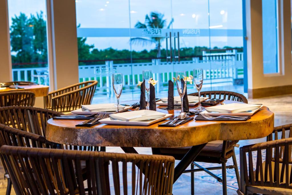 Un restaurant u otro lugar para comer en Coral House Suites