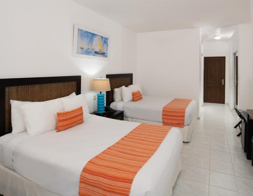 Una cama o camas en una habitación de Casa Marina Beach & Reef All Inclusive