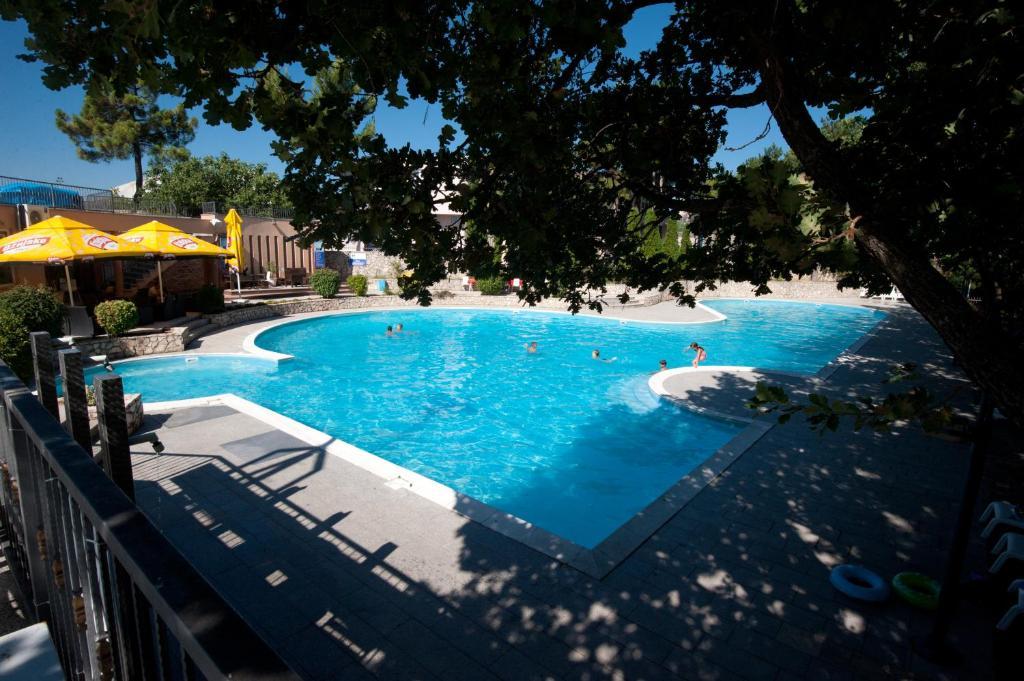 בריכת השחייה שנמצאת ב-Hotel Grande Casa או באזור