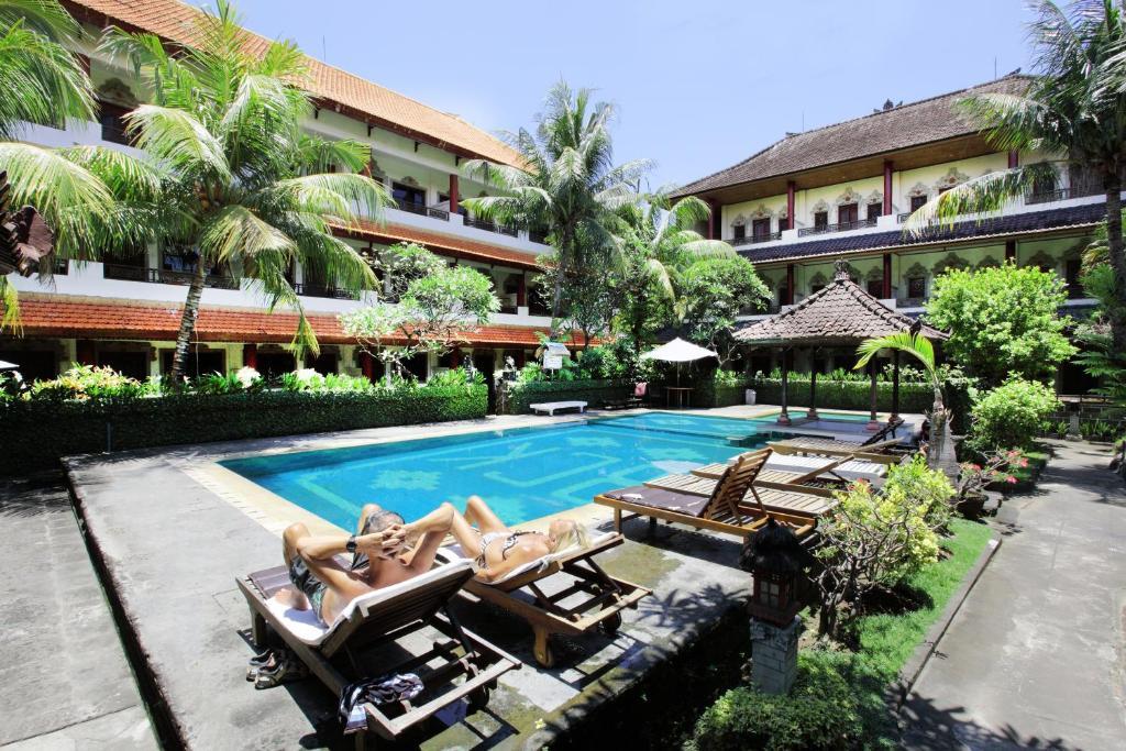 A piscina localizada em Bakung Sari Resort and Spa ou nos arredores