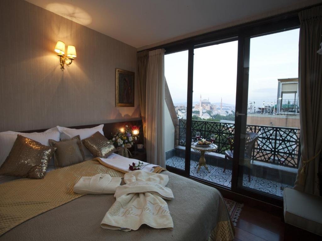 Una cama o camas en una habitación de Burckin Hotel