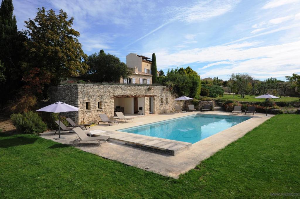 A piscina localizada em Domaine de l'Enclos ou nos arredores