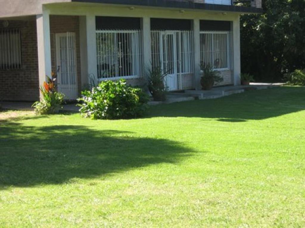 Casa de vacaciones casa quinta la so ada grande argentina for Jardines de casas quintas
