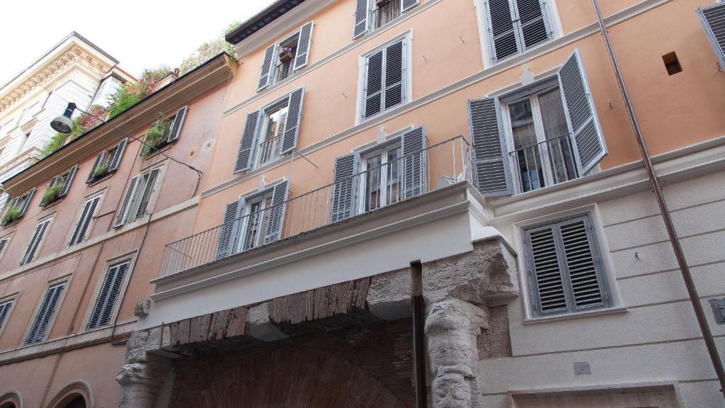 Arenula balcony rome for Balcony booking