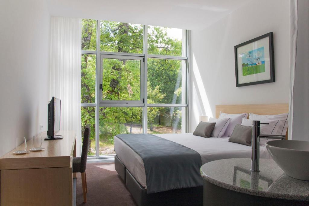 Una cama o camas en una habitación de Boticas Hotel Art & SPA