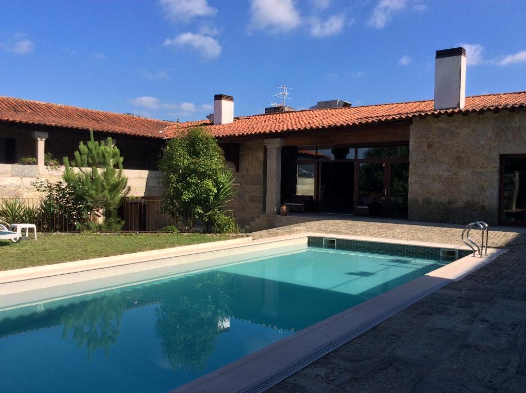 A piscina localizada em Hotel Rural Alves - Casa Alves Torneiros ou nos arredores