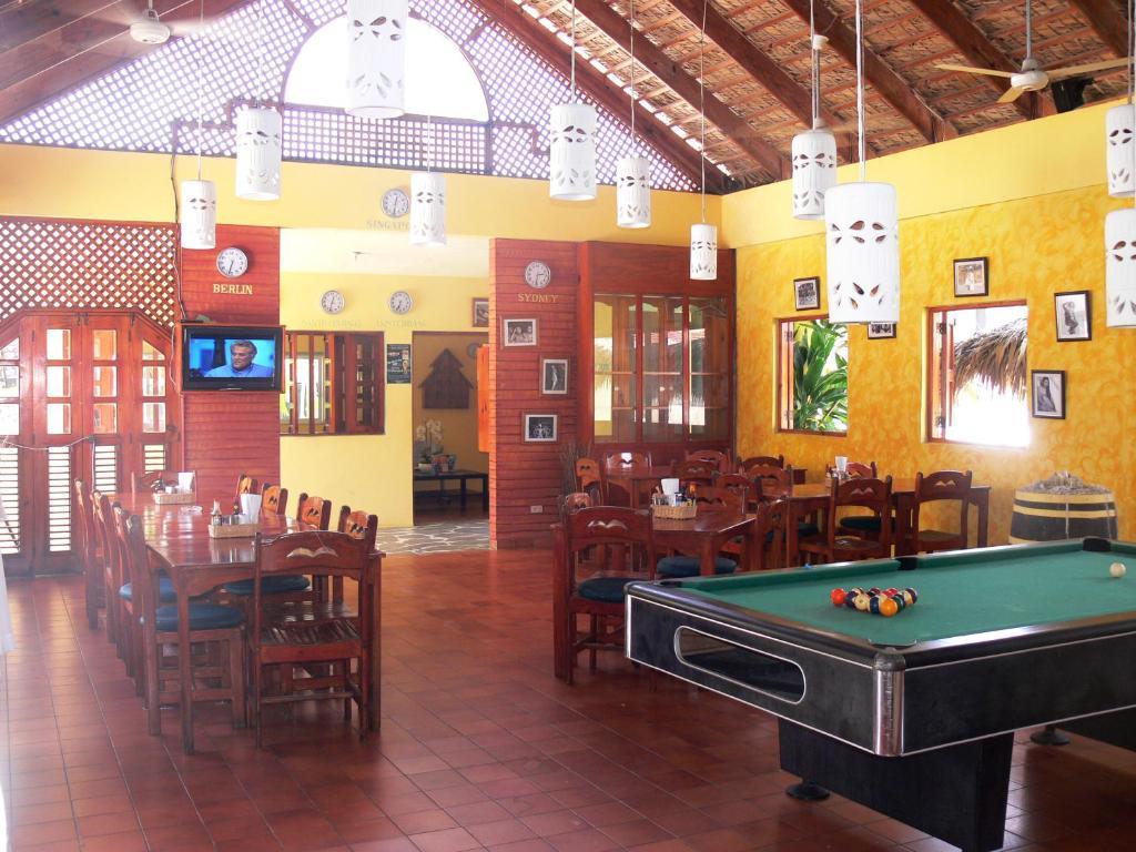 Una mesa de billar en Hotel Voramar