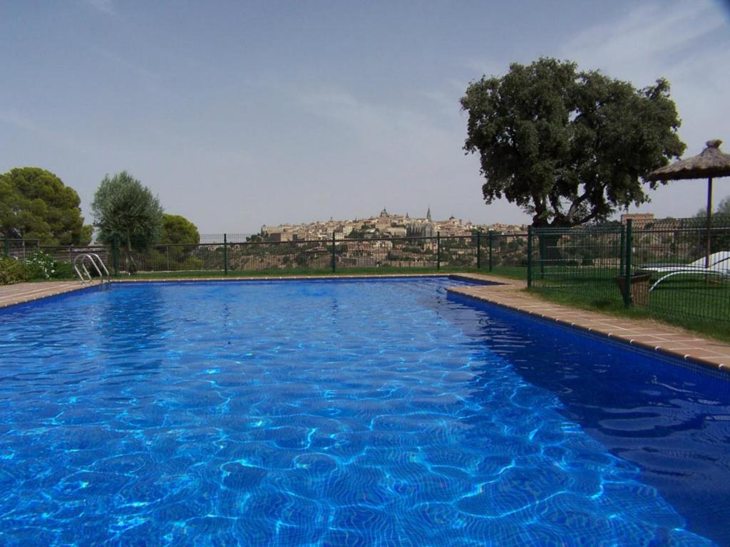 בריכת השחייה שנמצאת ב-Hotel Cigarral el Bosque או באזור