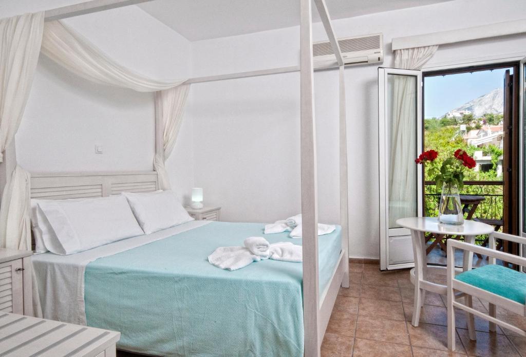 Giường trong phòng chung tại Kerkis Bay