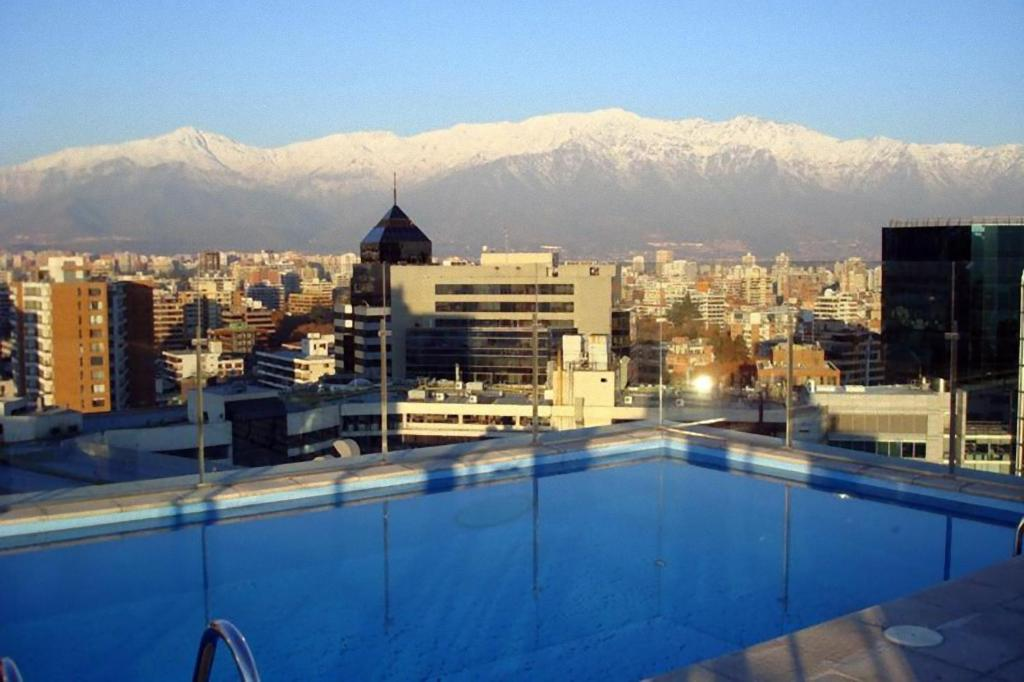 A piscina localizada em Travel Place Lyon ou nos arredores