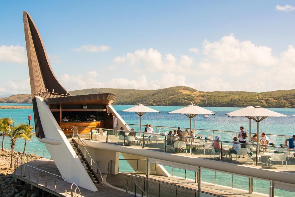 yacht club villa hamilton island australia. Black Bedroom Furniture Sets. Home Design Ideas