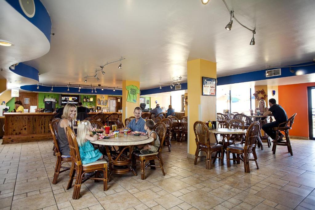 Un restaurant u otro lugar para comer en Compass Cove