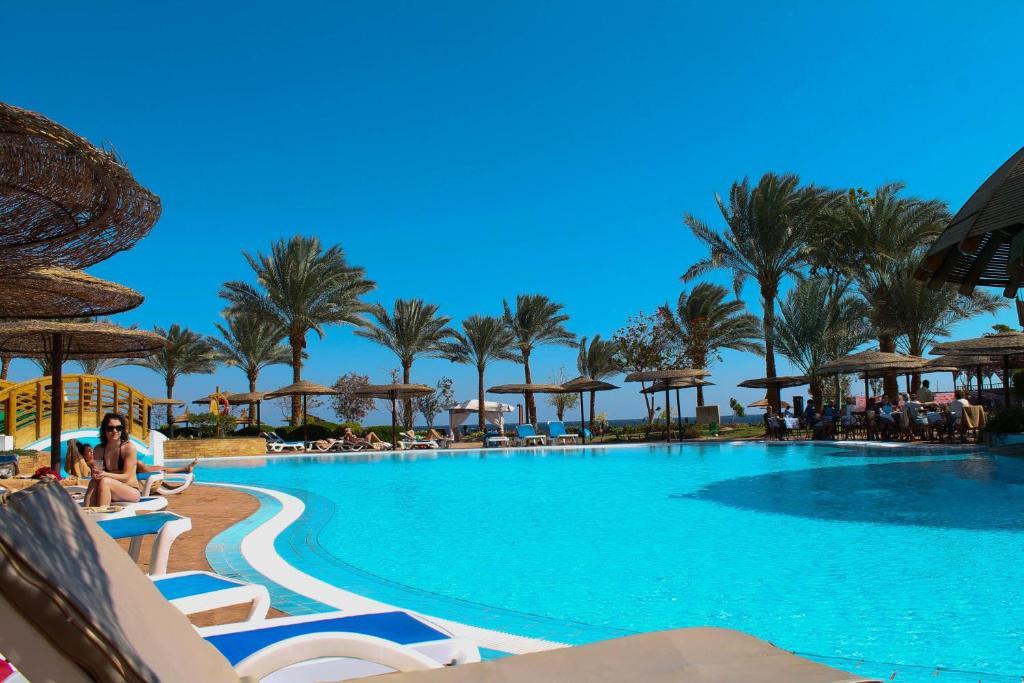 A piscina localizada em Royal Grand Sharm Resort ou nos arredores