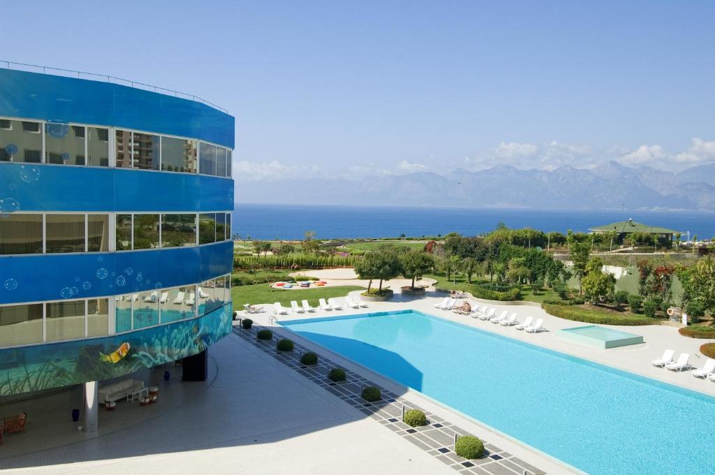 נוף של הבריכה ב-The Marmara Antalya או בסביבה