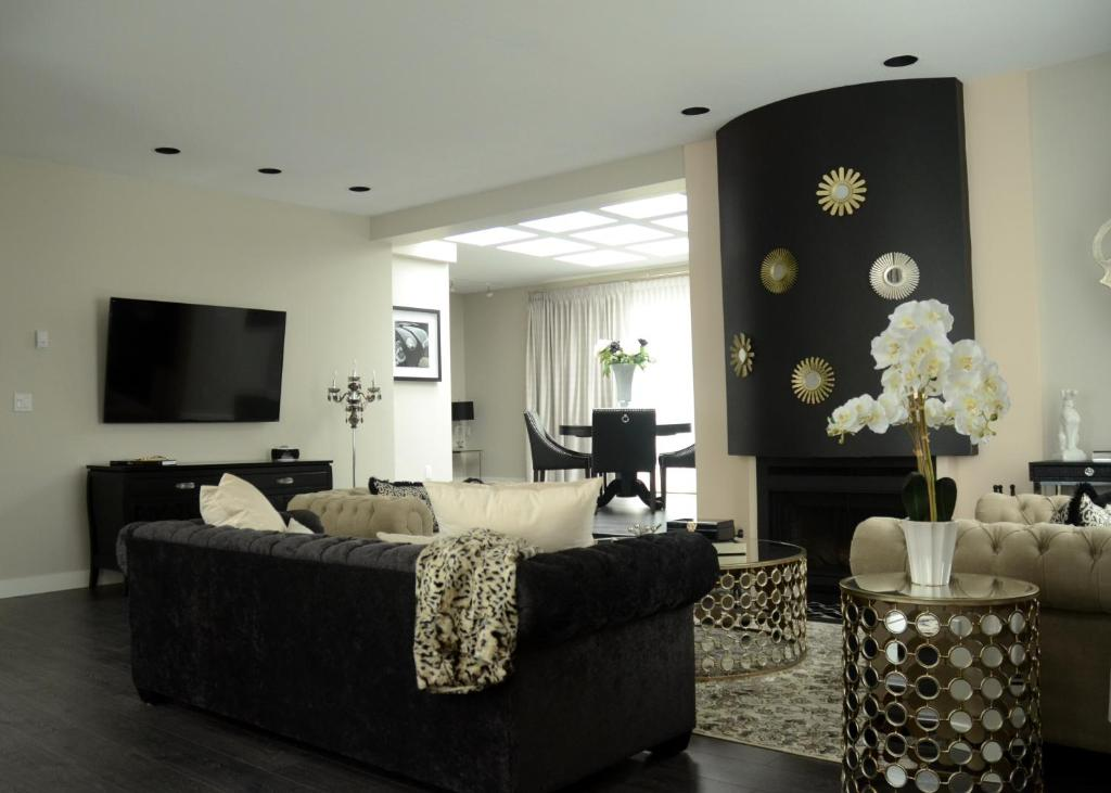 Uma área de estar em Rosellen Suites at Stanley Park