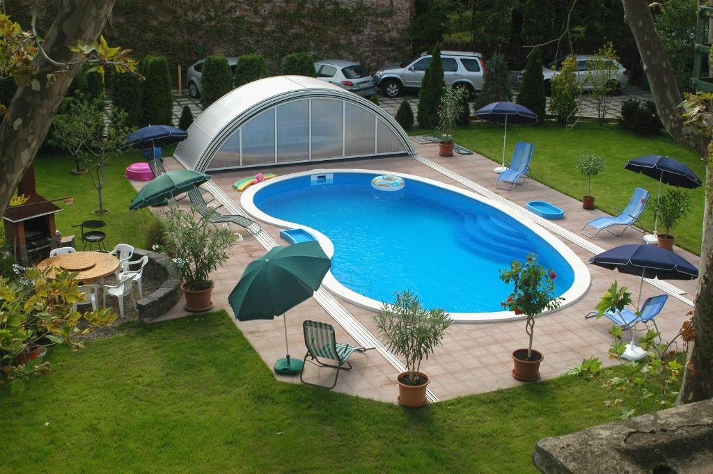 Uma vista da piscina em Hotel Manzard Panzio ou nos arredores