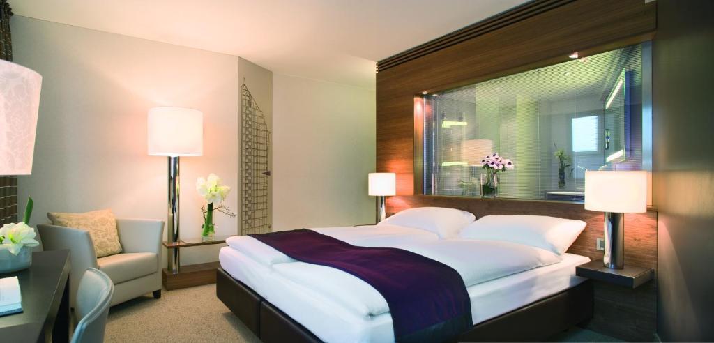 Giường trong phòng chung tại Mövenpick Hotel Hamburg