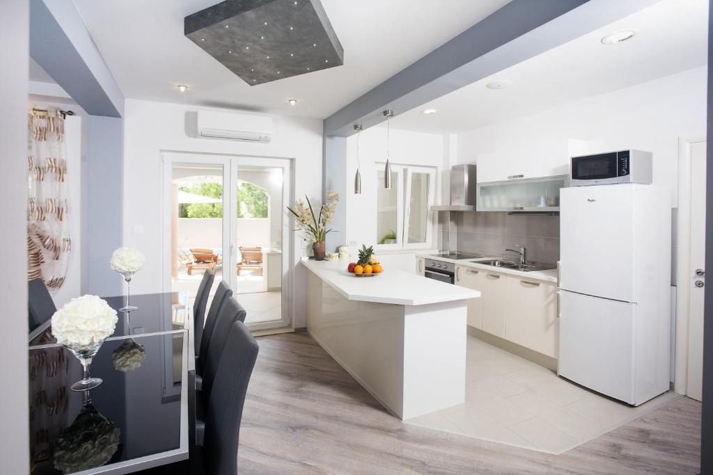 Cocina Y Salon Unidos. Fabulous Orange Wall Living Room Cocina With ...