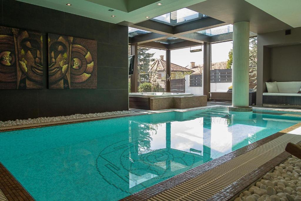 A piscina localizada em Luxury Villa With Inside Pool ou nos arredores