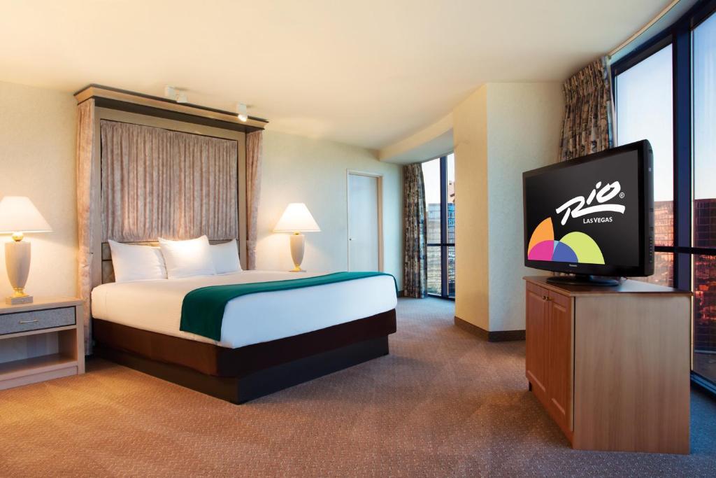 Una televisión o centro de entretenimiento en Rio All-Suite Hotel & Casino