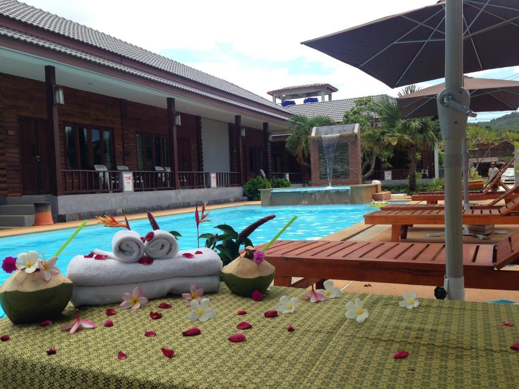 Hồ bơi trong/gần Khum Laanta Resort