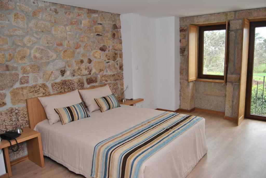 سرير أو أسرّة في غرفة في Hotel Rural Vilarinho