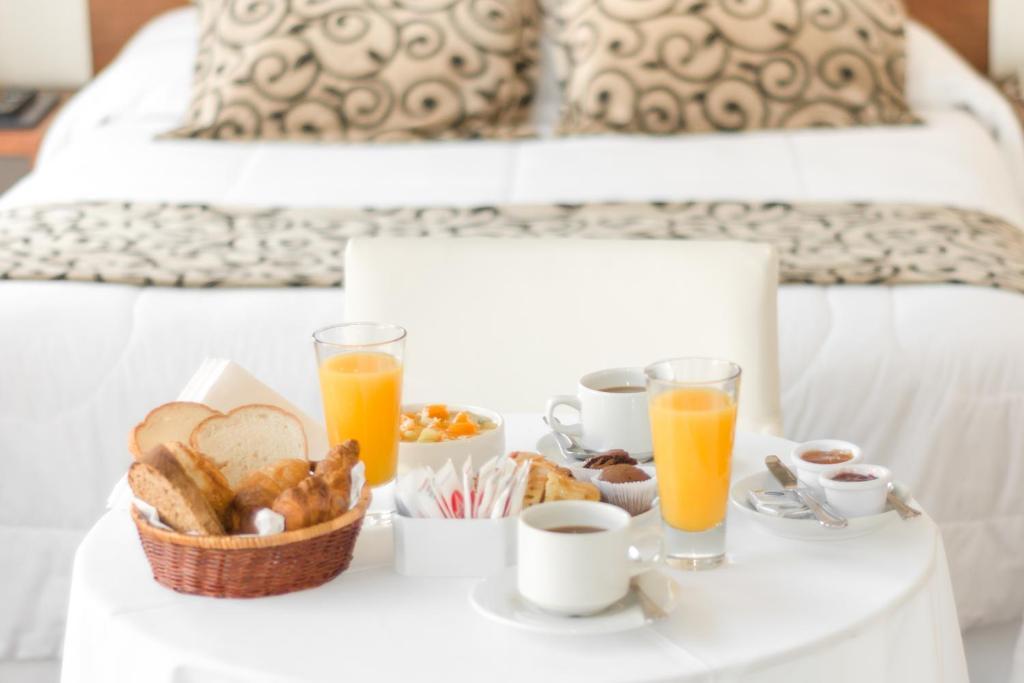 Opções de café da manhã disponíveis para hóspedes em Palm Beach Plaza Hotel