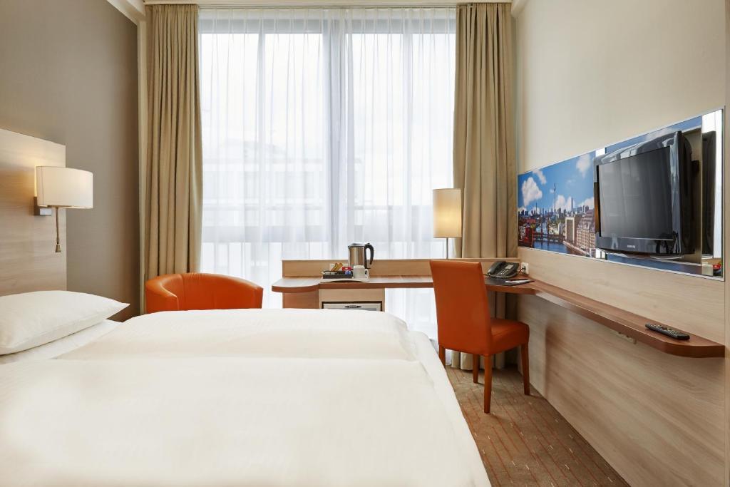 Una cama o camas en una habitación de H+ Hotel Berlin Mitte