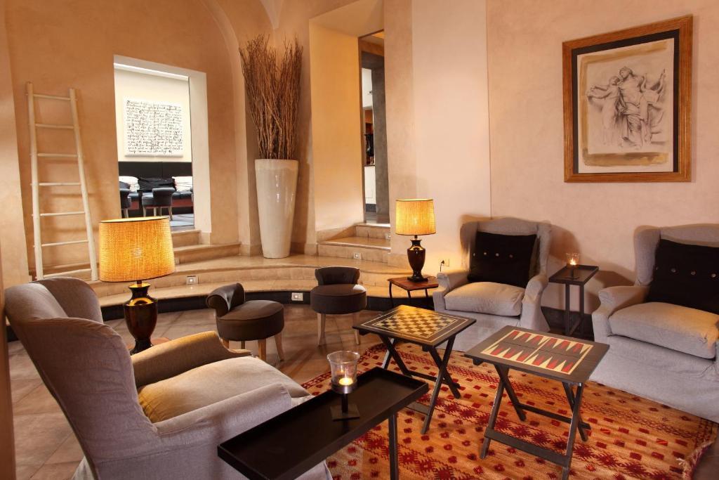 Uma área de estar em Hotel Adriano
