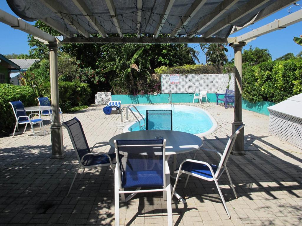 בריכת השחייה שנמצאת ב-Eldemire's Tropical Island Inn או באזור