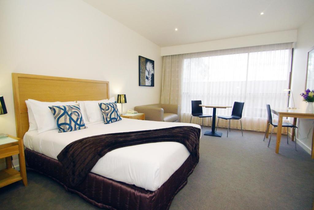 سرير أو أسرّة في غرفة في The Wyndhamere Motel Shepparton