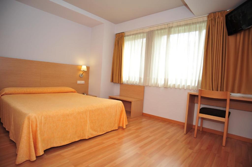 سرير أو أسرّة في غرفة في Hotel Windsor