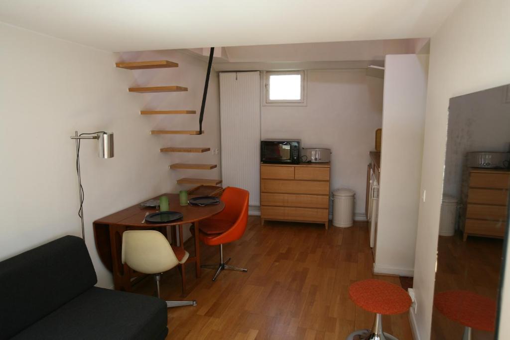 apartment marais studio with mezzanine 334 paris. Black Bedroom Furniture Sets. Home Design Ideas