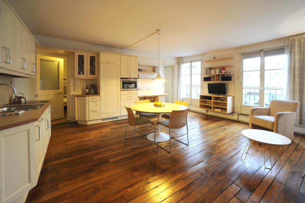 appartement le marais paris france. Black Bedroom Furniture Sets. Home Design Ideas
