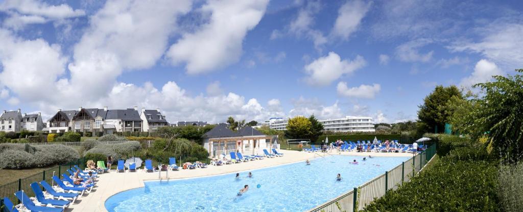 נוף של הבריכה ב-Résidence Pierre & Vacances Port du Crouesty או בסביבה