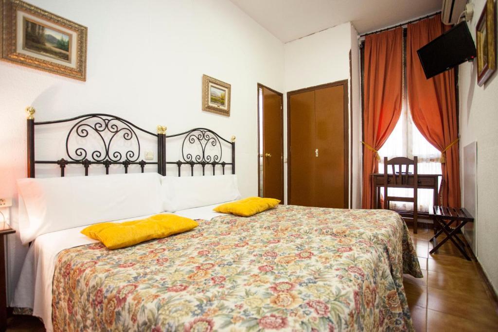 سرير أو أسرّة في غرفة في Hostal Armesto