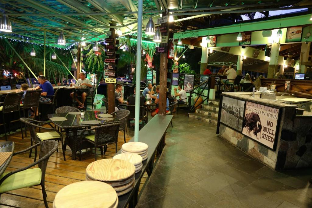 Un restaurant u otro lugar para comer en Terra Linda Resort