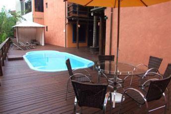A piscina localizada em Hotel Pousada Dona Laura ou nos arredores