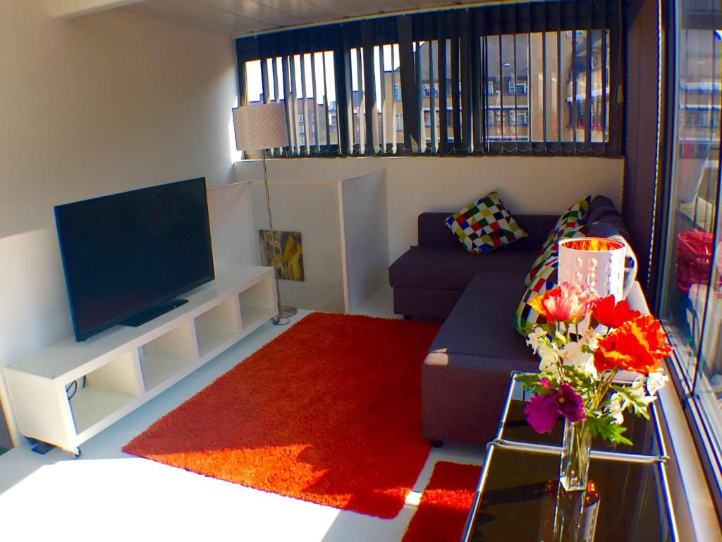 Apartment view on rooftop balcony london uk for Balcony booking