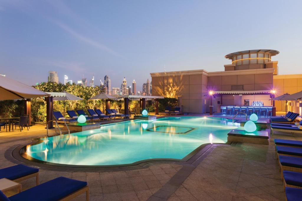 A piscina localizada em Ramada by Wyndham Jumeirah Hotel ou nos arredores