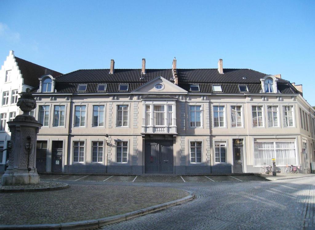 66350482 - BB House of Bruges