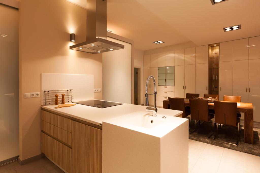 badezimmer minimalistisch weiß schiebetüren außen