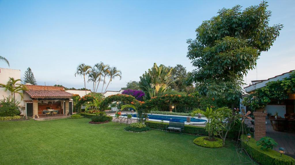Residencia jard n real c bungalow cuernavaca mexico for Jardin tecina booking