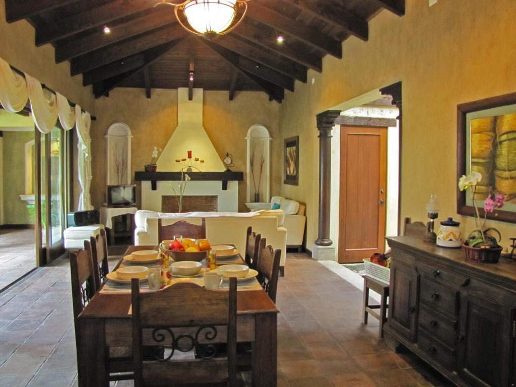 Casa de vacaciones casa colores guatemala antigua for Casas modernas guatemala