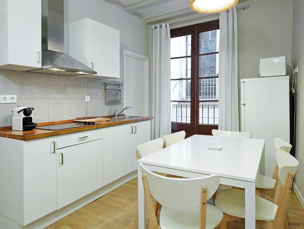Una cocina o kitchenette en Barcelona Mercaders Apartments