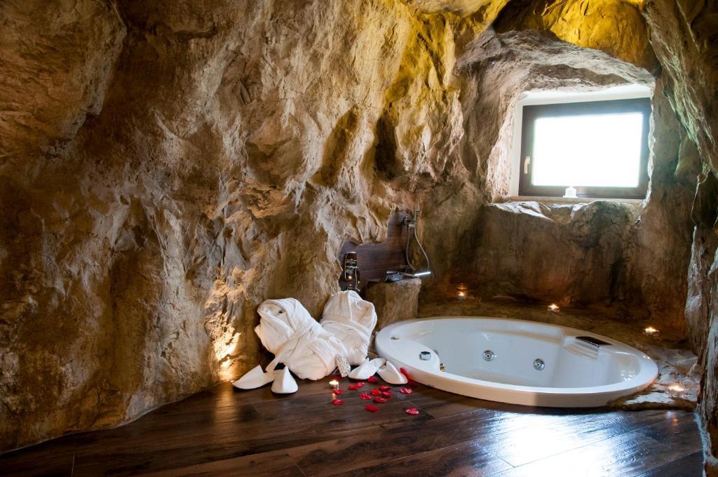 B b la casa nella roccia italia villanova del battista for Piani di casa di roccia