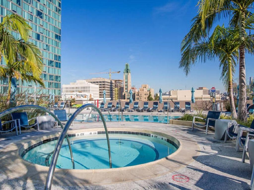 Apartment mid wilshire 2bd 2ba luxe highrise los angeles for Highrise apartments in los angeles