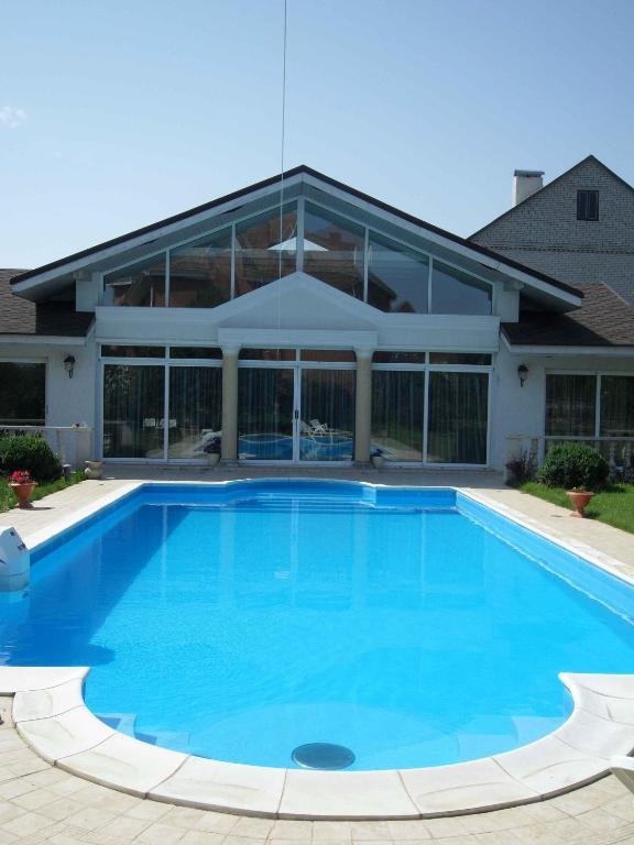 Acquistare casa a buon mercato con piscina a Massa