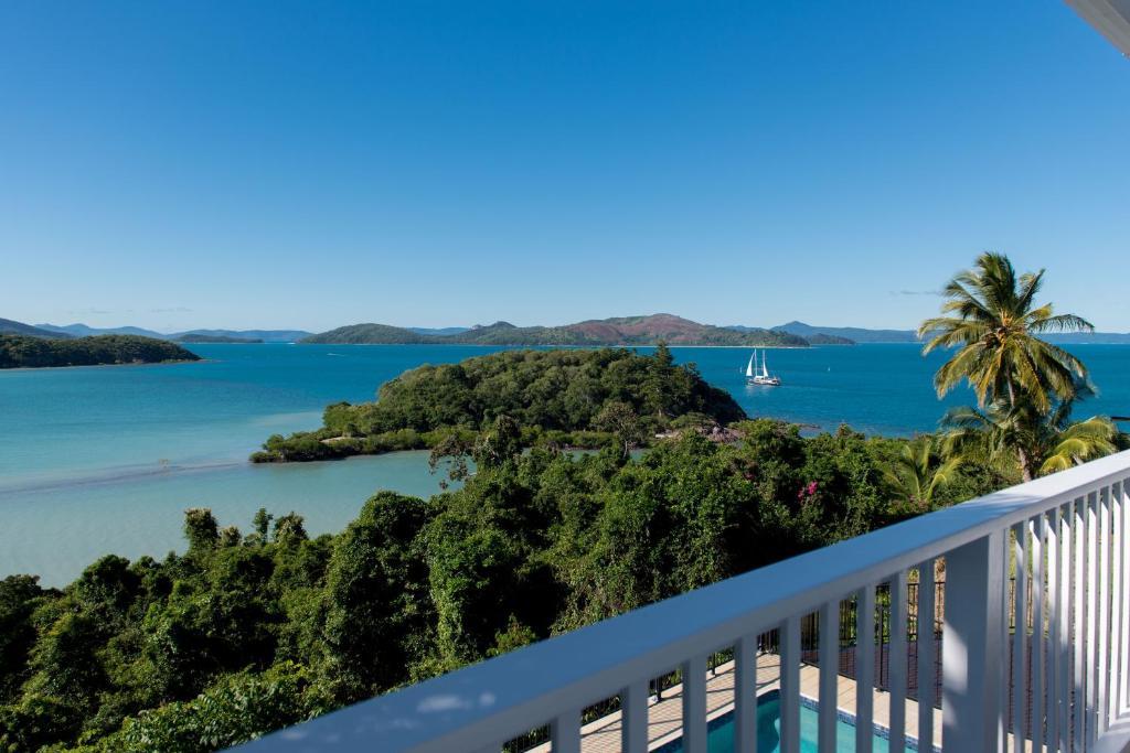 Villa whitsunday waterfront retreat shute harbour for Waterfront retreat