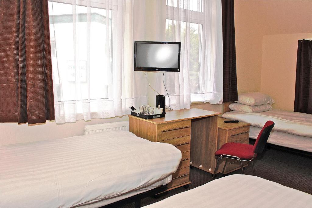 מיטה או מיטות בחדר ב-Central Hotel Golders Green